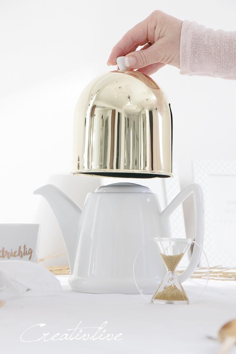 Teekanne mit goldener Haube