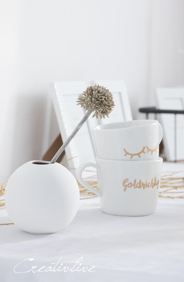 Tassen mit goldener Beschriftung