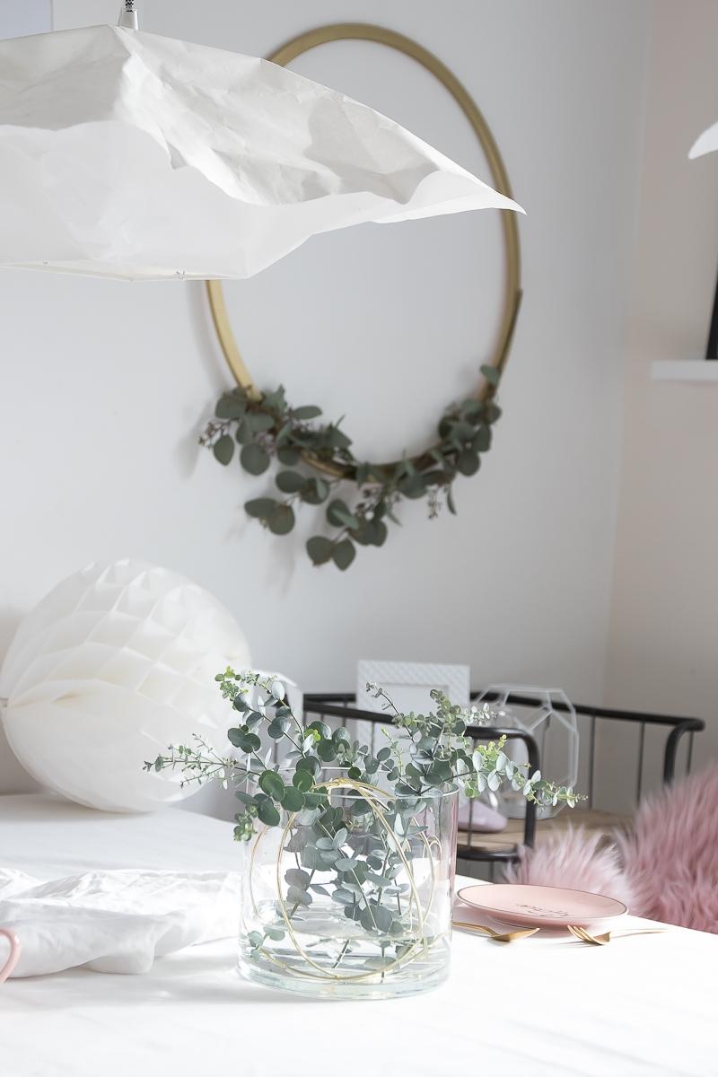 Vase mit Eucalyptus und Ringen