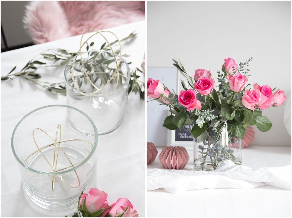 Vase mit Ringen und pinke Rosen